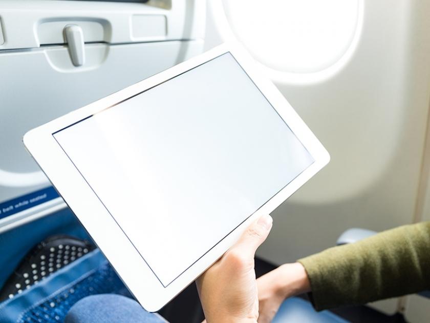 Trocar papéis por tablets deixa avião 16 kg mais leve e poupa R$ 13 milhões